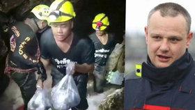 Český hasič David Kareš z Thajska: Má začít pršet, únava roste. Čerpadla jsou jednou z možností, jak klukům pomoci