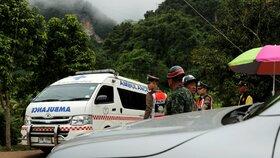 Vozy ambulance se šikují nedaleko jeskyně v Thajsku.