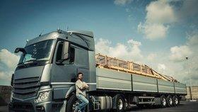 Na českém trhu práce schází více než 15.000 profesionálních řidičů. Důvodem je nedostatek nových uchazečů, kteří vstupují do oboru, vysoké zastoupení řidičů v předdůchodovém věku, kteří odchází do penze, a rostoucí ekonomika a objemy poptávaných přeprav.