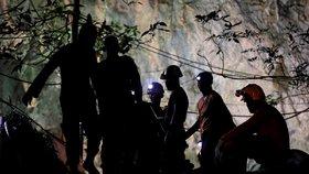 Záchranáři vyklízejí jeskynní komplex po záchraně uvězněných fotbalistů.