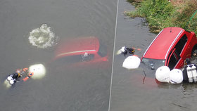 Rok starý vůz skončil v řece Moravě. Hasiči ho s potápěči tahali ven 4 hodiny.