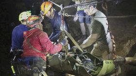 Záchranná akce na pomoc thajským dětem uvězněným v jeskyni byla náročná, ale se šťastným koncem.