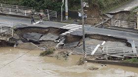 Počet obětí záplav v Japonsku roste.
