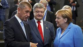 Andrej Babiš na summitu NATO v Bruselu: S Petrem Porošenkem a Angelou Merkelovou