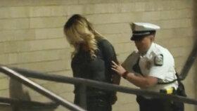 Americká policie ve středu zadržela ve striptýzovém klubu pornoherečku Stormy Daniels, která se proslavila tvrzením, že měla poměr s nynějším prezidentem Donaldem Trumpem