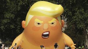 Britové demonstrovali proti Trumpovi během jeho návštěvy Británie.
