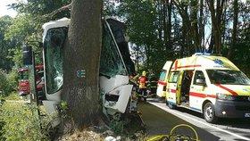 Na Olomoucku narazil autobus přímo do stromu.