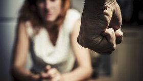 U domácího násilí blízcí lidé často dlouho nic netuší.