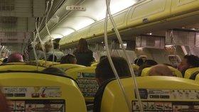Letadlo společnosti Ryanair muselo nouzově přistát poté, co klesl tlak v kabině a lidem se začalo dělat zle.