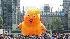 Někteří Londýňané na návštěvě Trumpa nechtěli, a tak nafoukli šestimetrový balón. Přišel na 300 tisíc korun a byla na něj vyhlášena sbírka.
