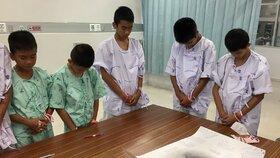 Dvanáct mladých fotbalistů a jejich trenér, kteří byli vyproštěni ze zatopeného jeskynního komplexu na severu Thajska, bude ve středu propuštěno z nemocnice a vzápětí s nimi bude uspořádána tisková konference.
