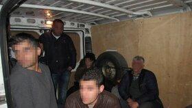 Policie zadržela na Břeclavsku skupinu 17 nelegálních migrantů z Iráku. Tísnili se v polské dodávce. (26. 3. 2016)