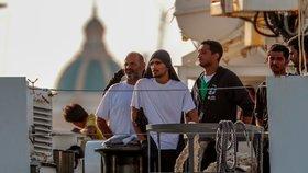 Migranti, které nechce Česko, se vylodili na Sicílii. Kdo jim pomáhá?