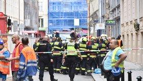 V centru Prahy se zřítila část domu! Zavalila několik lidí, tři už hasiči vyprostili