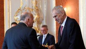 Prezident Miloš Zeman při jmenování Petra Krčála (vlevo, ČSSD) ministrem práce a sociálních věcí nové vlády ANO a ČSSD (27. června 2018)