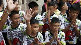 Tisková konference s Thajci, kteří skoro na tři týdny uvízli v jeskyni.