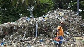 Na odklízení odpadků pracují dobrovolníci již několik dní.
