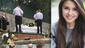 Majka (†17) se po festivalu utopila v řece: Rodina ji pohřbila v bílé rakvi.