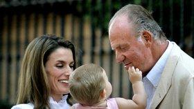 Současná španělská královna Letizia drží svoji dceru Leonor ve společnosti bývalého španělského krále Juan Carlose I.