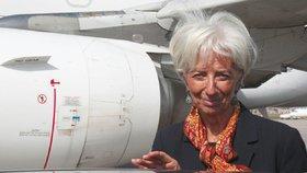 Letadlo s šéfkou MMF Lagardeovou na palubě muselo nouzově přistát.