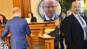 Expremiér Sobotka vypovídal kvůli OKD u soudu, z komise se omluvil. Dorazil k ní exministr Pecina (vpravo).
