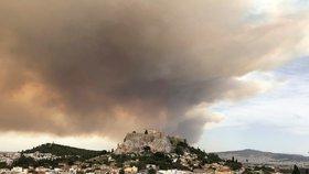 Dým zakryl památnou Akropoli. Hašení požáru nedaleko Atén komplikuje vítr