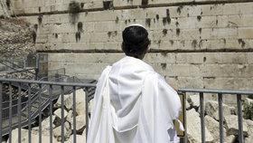 Z jeruzalémské Zdi nářků vypadl stokilový kámen. Jenom těsně minul ženu, která stála pod ním