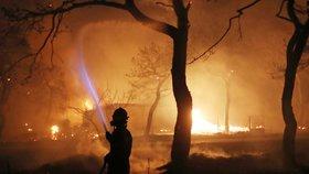 Počet obětí ničivého požáru východně od Atén stoupl na 79, informoval ve středu řecký hasičský sbor. Raněno bylo nejméně 187 lidí, včetně 23 dětí. Není jasné, kolik osob se pohřešuje