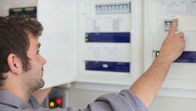 Energetický regulační úřad (ERÚ) zahájil jedno z dosud nejrozsáhlejších šetření, při kterém si od obchodníků vyžádal několik tisíc smluv o dodávkách energií. Je to v souvislosti s případy, ve kterých tzv. šmejdi nabízeli změnu dodavatele energií za výhodnějších podmínek a k tomu úsporné žárovky jako dárek zdarma