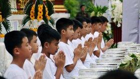 Jedenáct chlapců a jejich fotbalový trenér, kteří byli v červenci zachránění ze zaplavené jeskyně, žili devět dní v buddhistickém chrámu ve městě Čchíengráj poté, co se z nich v rámci slavnostní ceremonie stali buddhističtí novici a z trenéra mnich