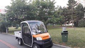 Na Jižním Městě se testují nové elektromobily pro svoz odpadu.
