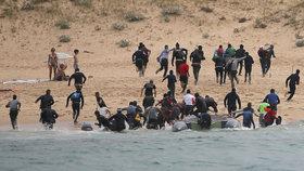 Afričtí uprchlíci překonávají moře na člunech.
