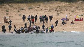 Migranti překonali Gibraltar a z Maroka připluli na jih Španělska. Po vylodění na pláži začali utíkat