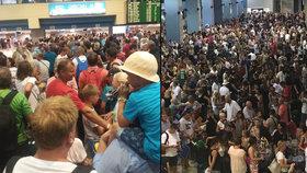 Stovky turistů uvázly na letišti na Rhodosu.