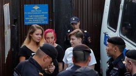 Členové ruské protestní skupiny Pussy Riot byli v pondělí opět zadrženi, když odcházeli z vězení. Policie skupinu obvinila z organizování nepovoleného shromáždění
