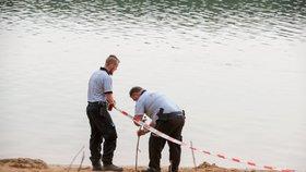Tragédie na jezeru Lhota: Dva malí chlapci se ztratili, našli je mrtvé ve vodě.
