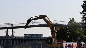 Lávka přes Labe v Nymburce se zřítila zhruba po hodině demoličních prací do řeky.