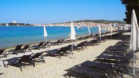 Lehátka na plážích štvou Chorvaty. Podnikatelé vytlačují neplatící návštěvníky z pláží.