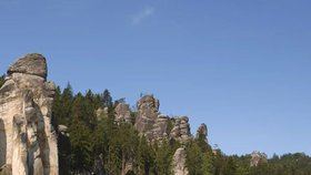 Adršpašské skály se sousedními Teplickými skalami tvoří nejvýznamnější pískovcovou plošinu Polické pánve v Broumovské vysočině.