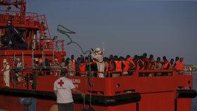 Migranti dál míří přes Středozemní moře, pomáhají jim neziskovky i Španělé.