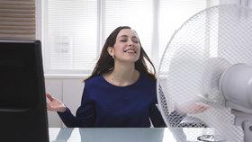 Větrák je zákeřnější v tom, že si jej lidé často nastaví tak, že chladný vzduch proudí přímo na tělo, což může způsobit nachlazení i bolesti zad