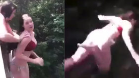 Dívka nechtěla skočit z mostu. Pomohla jí v tom kamarádka.