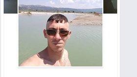Podezřelý muž si stihl na útěku vypisovat na Facebook.