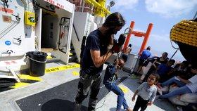 Loď Aquarius na své nynější výpravě zachránila 141 migrantů. Žádná evropská země jí však zatím své přístavy neotevřela (13.8.2018).