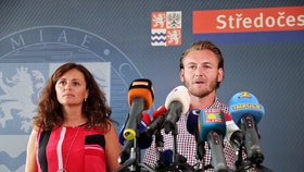 Hejtmanka Středočeského kraje Jaroslava Pokorná Jermanová s manželem Jakubem na tiskové konferenci