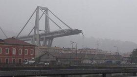 Na dálnici v Janově na severu Itálie se zřítilo několik desítek metrů mostu. Jelo po něm v tu chvíli několik aut, zřítila se dolů.