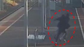 Puberťák se snažil svou přítelkyni hodit pod vlak. Záběry děsí celý internet!