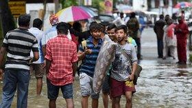 Záplavy a sesuvy půdy si v Indii vyžádaly přes 160 mrtvých. Další lidé čekají na záchranu