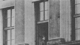 Důstojník v okně pracovny Alexandera Dubčeka