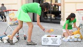 Aktivisté protestovali proti nadměrnému používání plastových obalů.